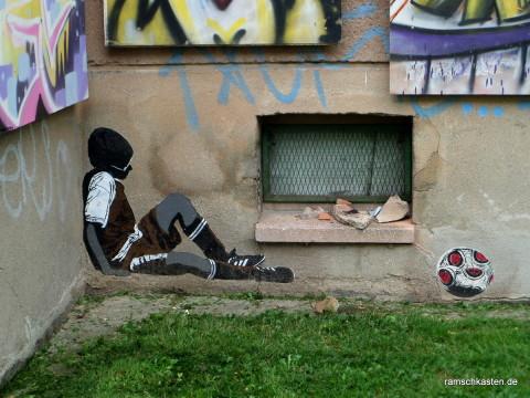 erschöpfter Fußballjunge von Alias - Street Art Leipzig