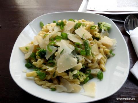 Mittagessen Leipzig - Café Tunichtgut - Pasta mit Brokkoli, Kohlrabi, Bohnen und gehobeltem Parmesan in Sahnesoße